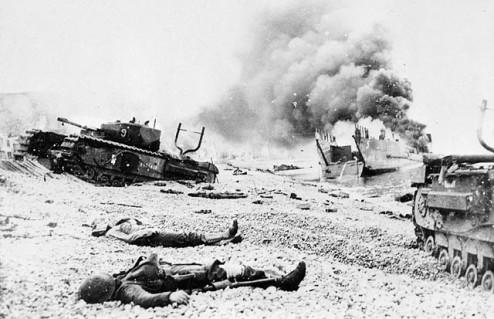 Escena en las playas de Dieppe tras el desafortunado desembarco del Calgary Regiment el 19 de Agosto de 1942. (Fuente: C-014160, Library and Archives Canada.)